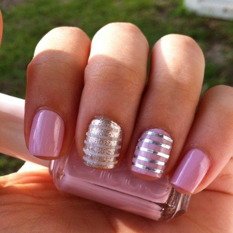rosa Nagellack silberne Zierstreifen