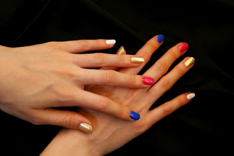 interessantes Nageldesign Blau, Gold und Rot