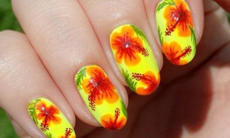 originelles Nageldesign Frühling exotische Blumen