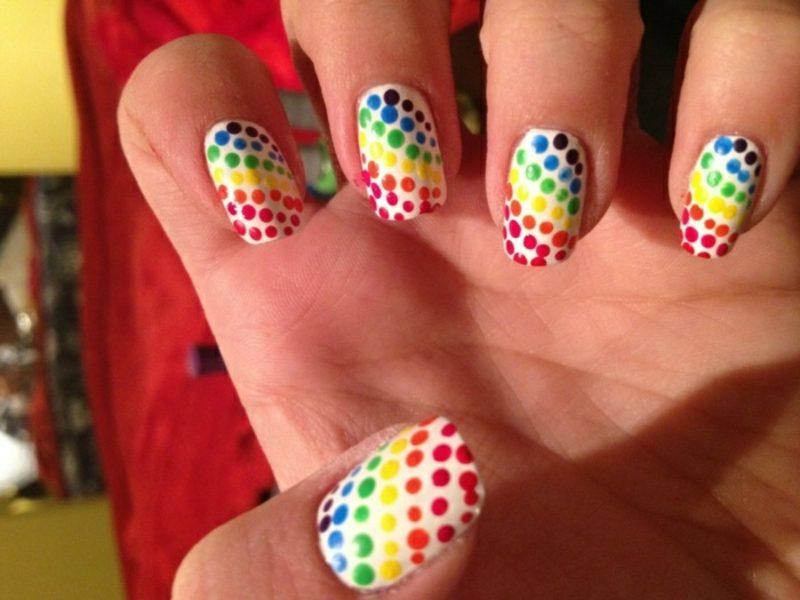 Nageldesign attraktiv farbige Punkte
