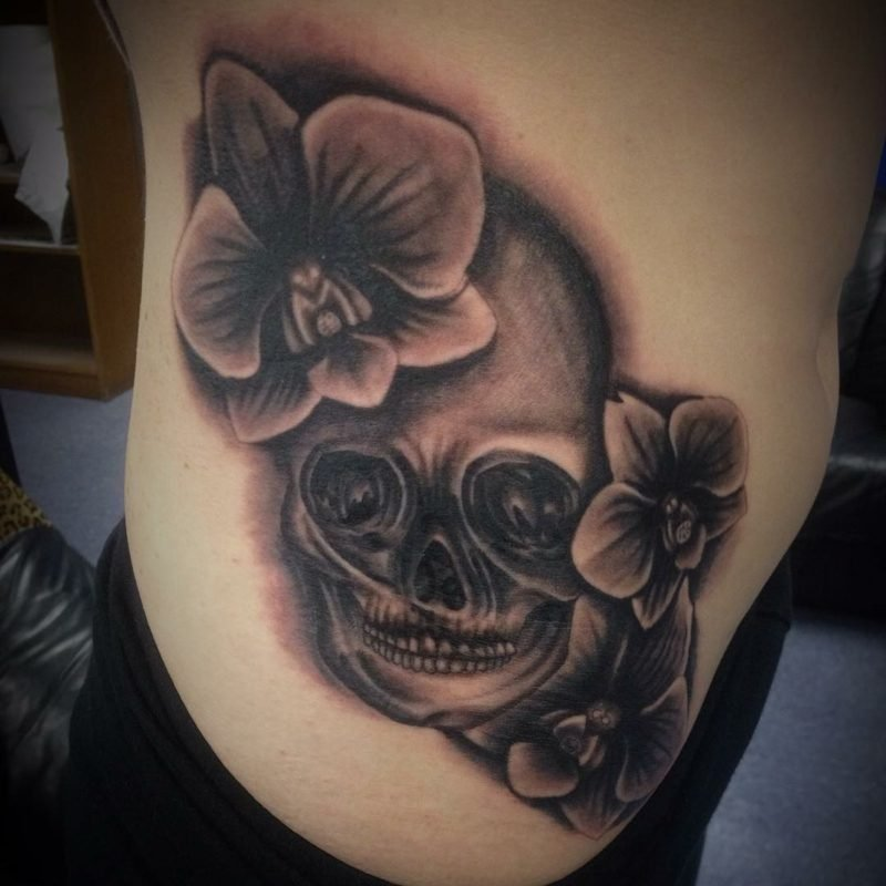 orchideen tattoo grey ink skull