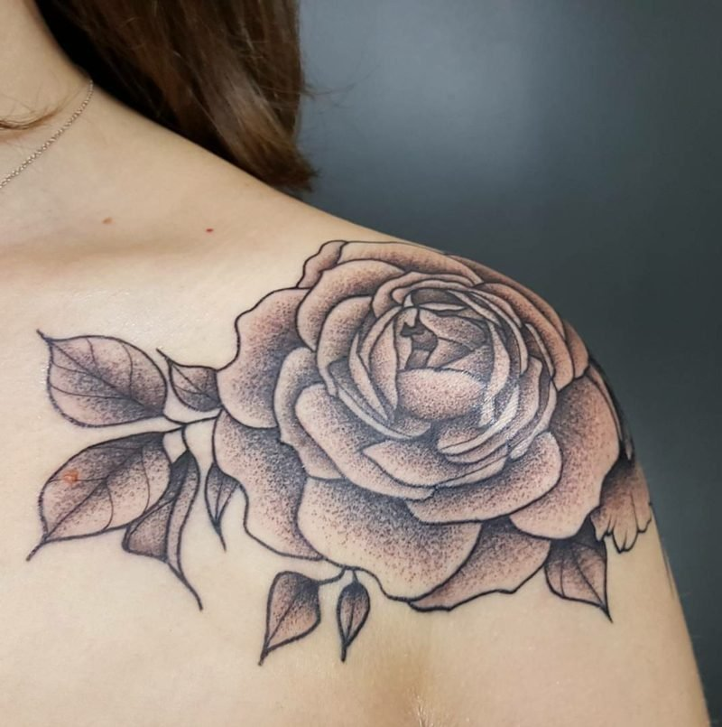 originelles Rose Tattoo am Schulter