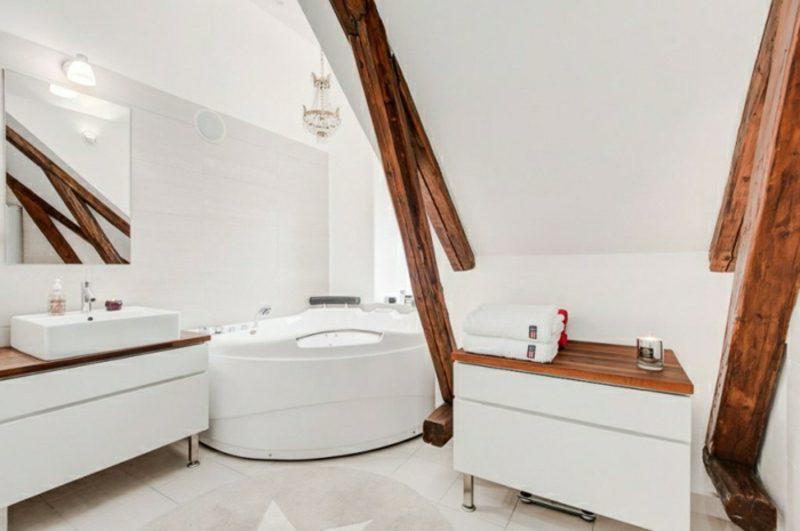 skandinavisch wohnen penthousewohnung badezimmer holzbalken