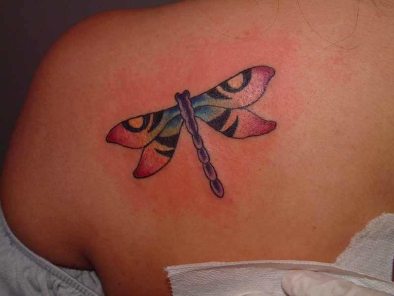 stilisierte Libelle Tattoo