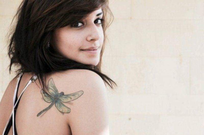 Libelle Tattoo am Schulter Ideen und Inspirationen