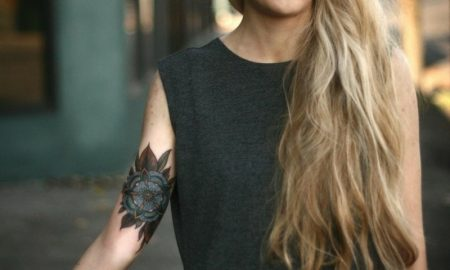 originelles Tattoo Blume Unterarm