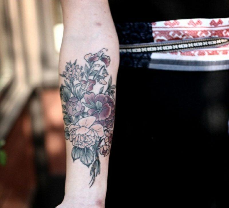 Tattoo am Unterarm Blumenstrauss