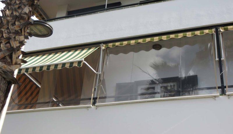 Balkon mit Wetterschutzmarkise