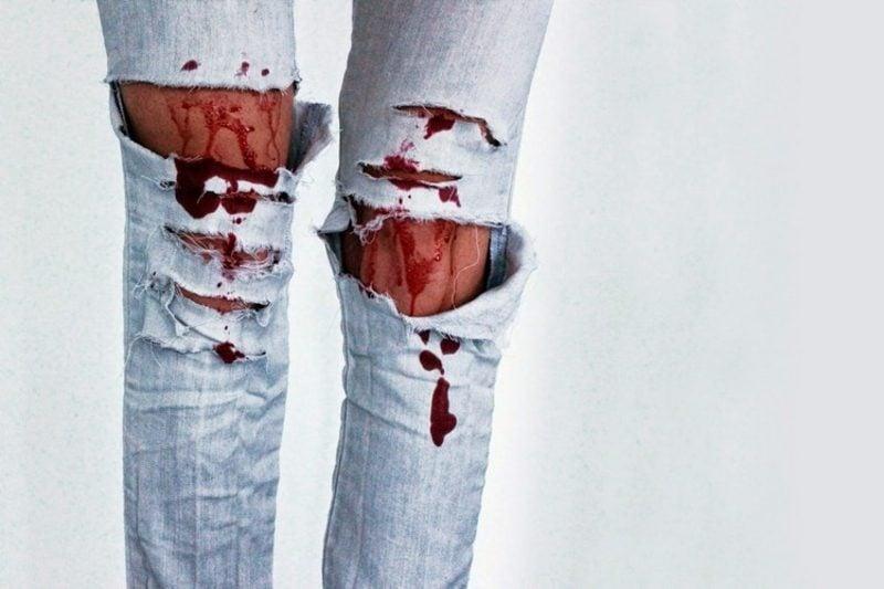 Kunstblut Dekoideen zerrissene Jeans