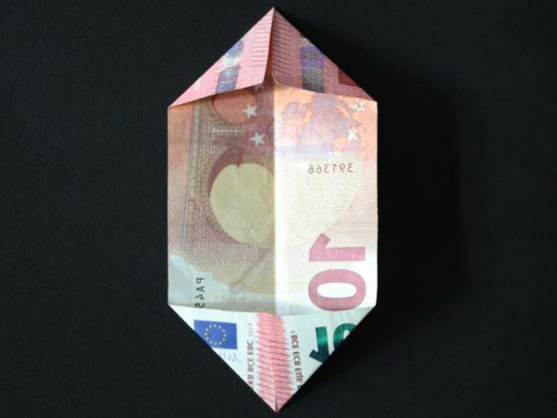 die Ecken des Geldscheins knicken