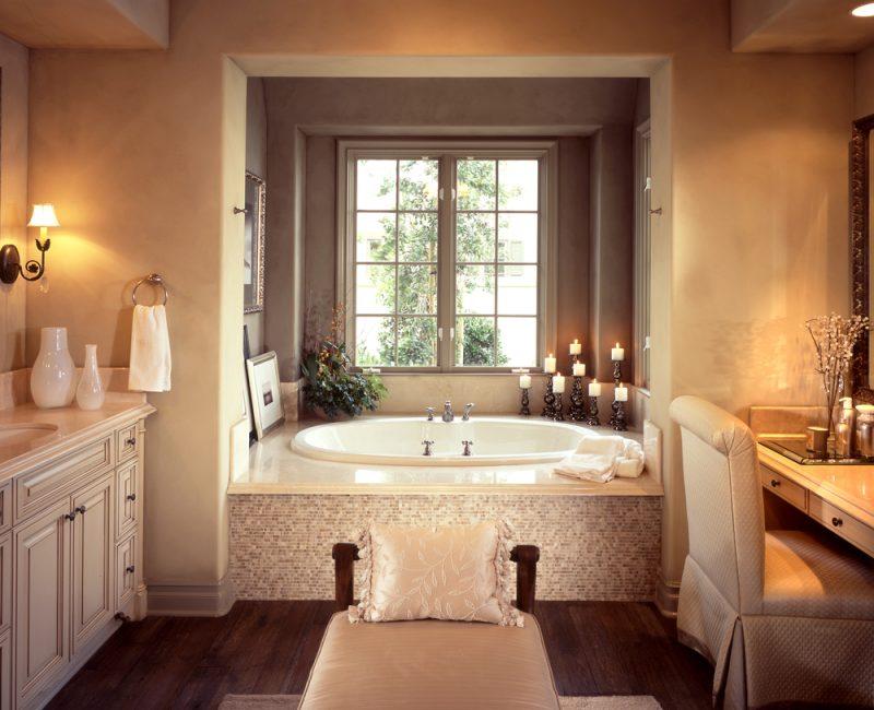 badgetsaltung ideen für luxusbad mit gemütlicher atmosphäre und sanftes licht über die badewanne