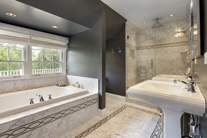 badgetsaltung ideen für luxusbad mit traditionellen motiven auf der edlen keramik