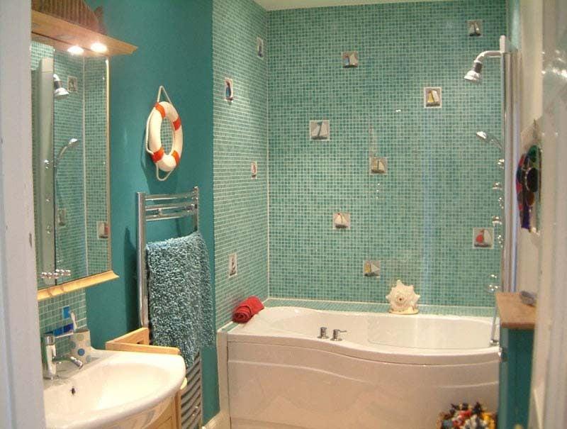 badgetsaltung ideen für familienbadezimer in blauer farbe mit süßer verzierung auf den wänden