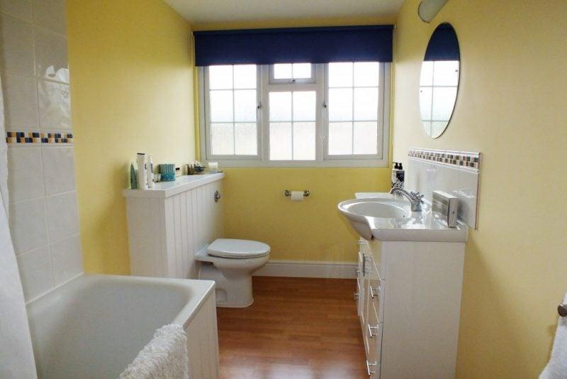 badgetsaltung ideen für familien badezimmer in gelben nuancen