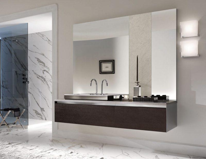 badgetsaltung ideen mit keramikboden und großem modernen spiegel darunter mit holzwaschtischplatte