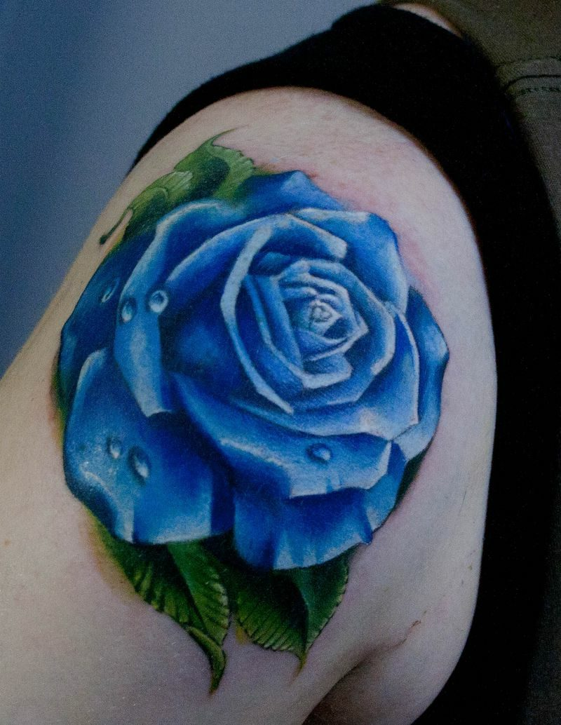 Tattoo am Schulter blaue Rose