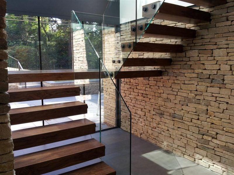 Kombinieren Sie Holz, Glas und Natursteine mit Bolzentreppe