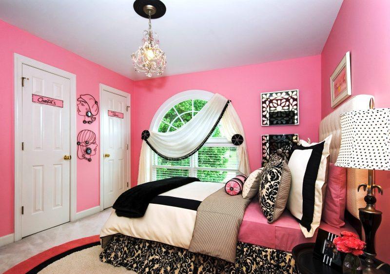 Weiße und Schwarze coole Bettwäsche passen zu einem rosa Zimmer
