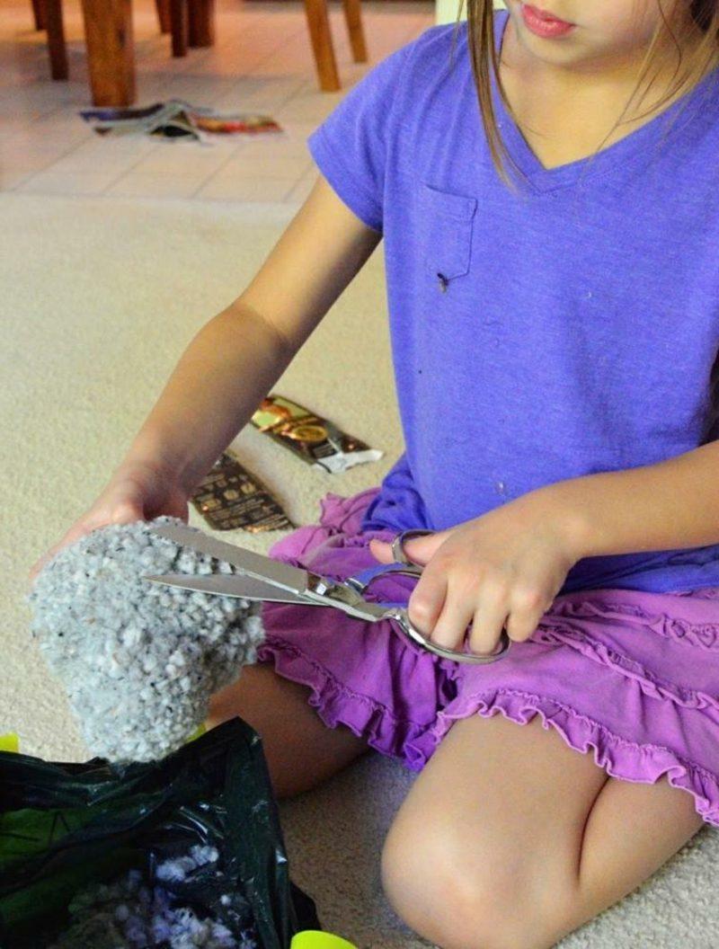 Hasen basteln die Pompoms mit der Schere formen