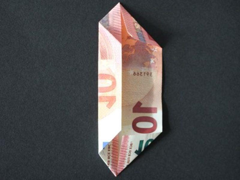 Geldschein zur Blume falten die untere Seite an die Mittellinie falten