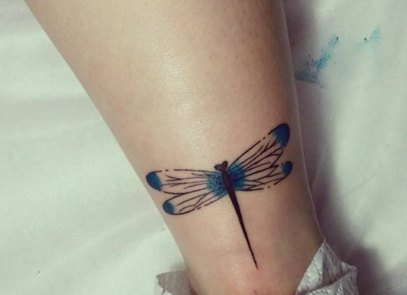 eleganter Libelle Tattoo Arm