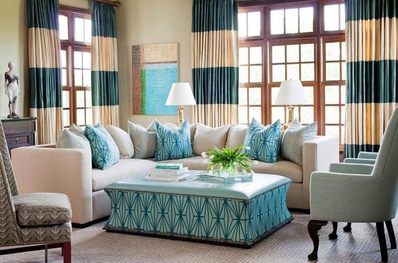 Fenstergestaltung im Wohnzimmer mit lichtdurchlässigen Gardinen