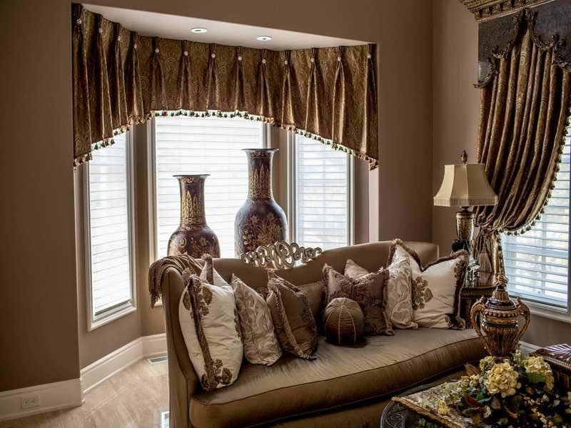 Fenstergestaltung mit kurzen Gardinen