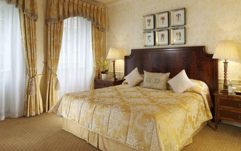 Die beste Fenstergestaltung im Schlafzimmer ist mit Gardinen und Vorhängen