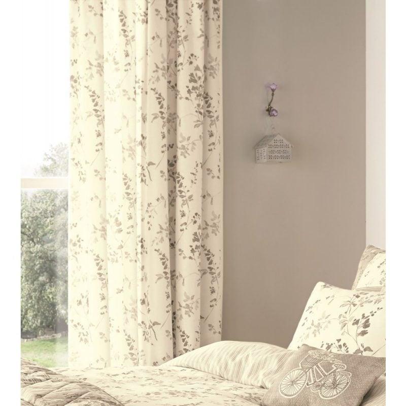 Stimmen Sie die Fenstergestaltung und Gardinen auf die Bettwäsche ab