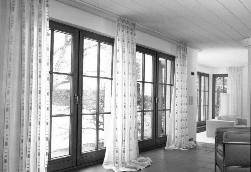 Fenstergestaltung mit bodenlangen Gardinen lässt das Zimmer höher aussehen