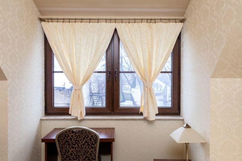 Fenstergestaltung mit kurzen Gardinen passt ausgezeichnet zu einer Arbeitsfläche