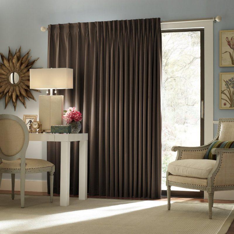 Fenstergestaltung mit dunklen Gardinen bietet Sonnenschutz