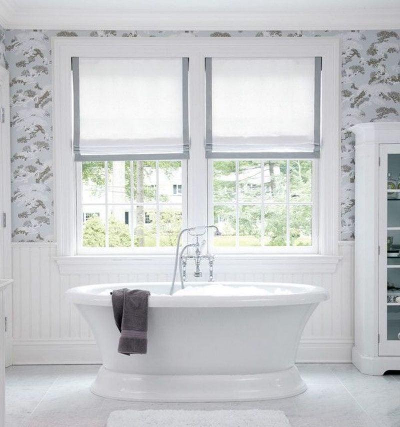 Fenstergestaltung im Badezimmer kann auch mit Gardinen sein