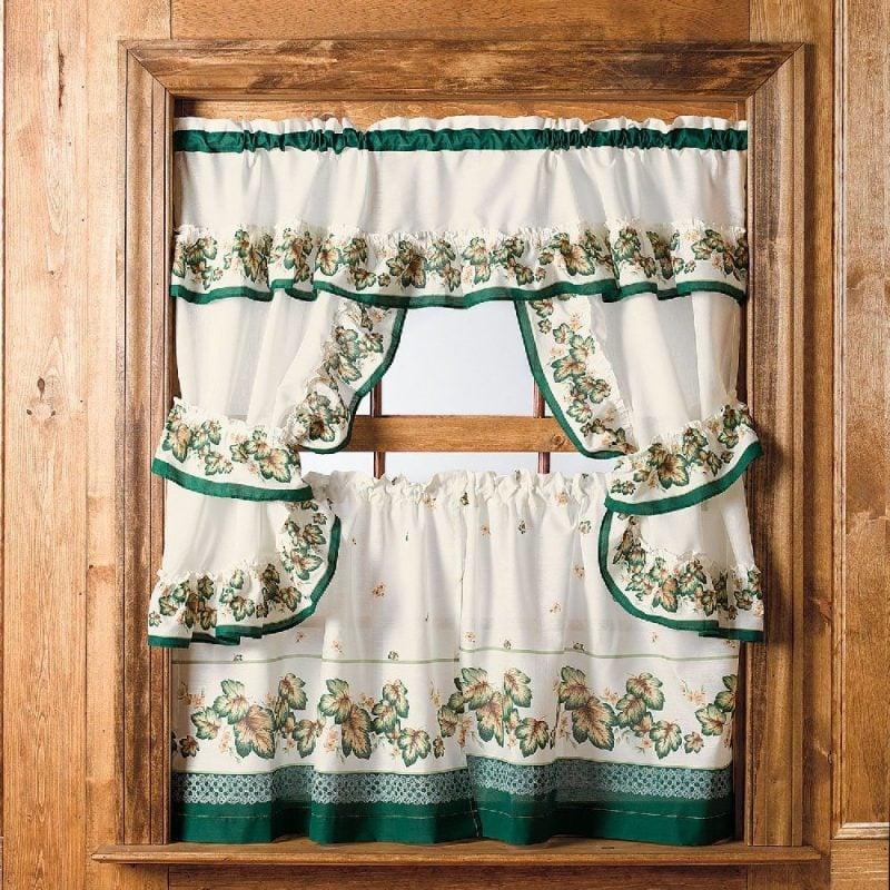 Fenstergestaltung in der Küche mit Gardinen im Landhausstil