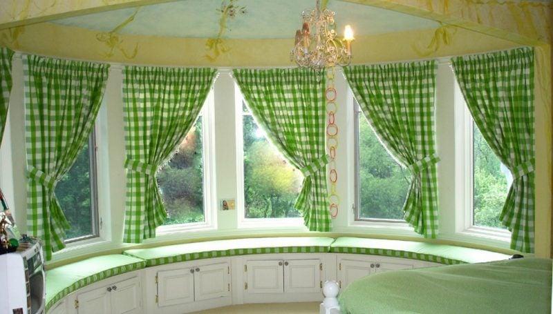 Fenstergestaltung mit kurzen Gardinen für eine gemütliche Küche