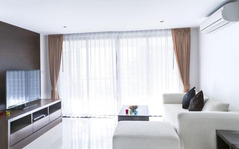 Kombinieren Sie Gardinen und Vorhänge für elegante Fenstergestaltung