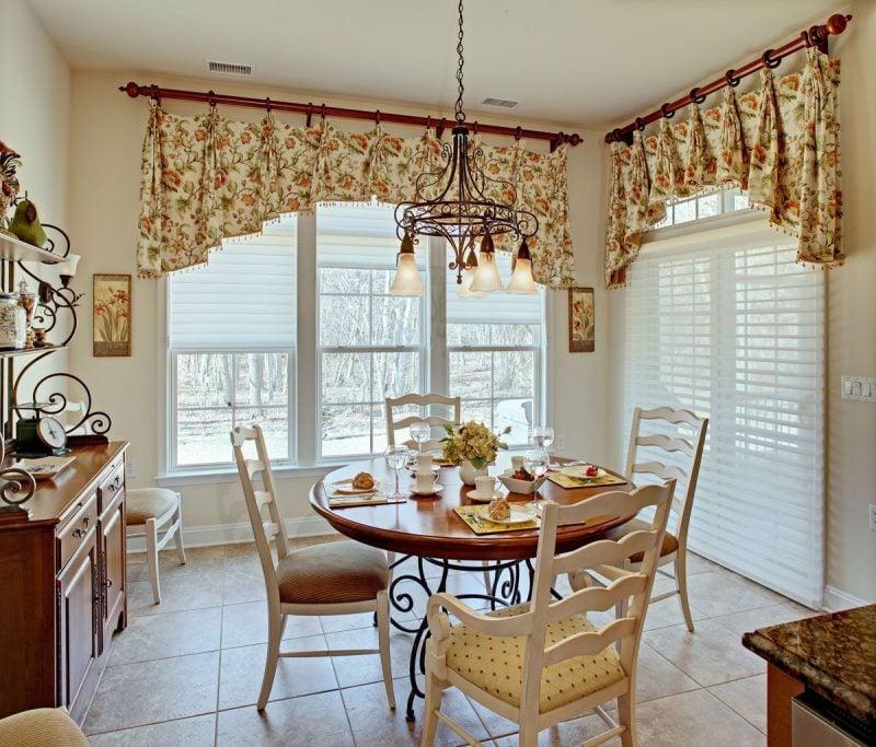 Fenstergestaltung mit kurzen Gardinen für gemütliche Ambiente in der Küche
