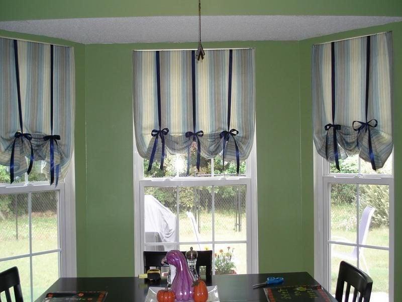 Fenstergestaltung mit kurzen Vorhängen mit Schleifen