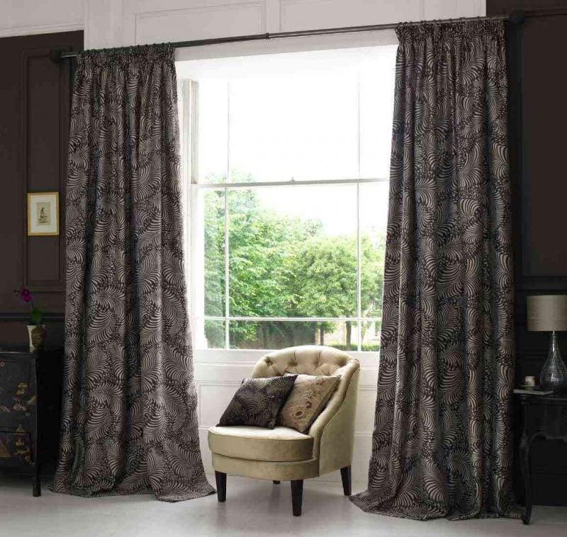 Fenstergestaltung mit dunkelgrauen Gardinen