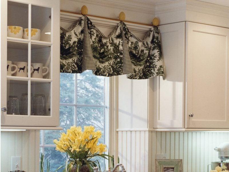 Fenstergestaltung mit kurzen Gardinen lässt die Küche gemütlich aussehen