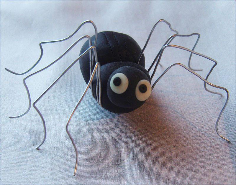 Fimo Ideen mit Metall für eine Halloween Spinne