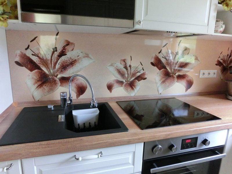 blumen auf der folie kuchenruckwand sehen stilvoll und interessant aus