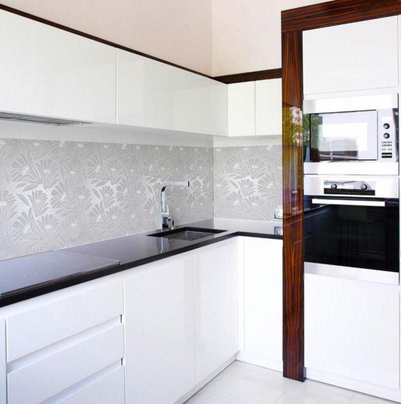 ausgefallene folie kuchenruckwand in weißen nuancen bringt eleganz und stil in der küche