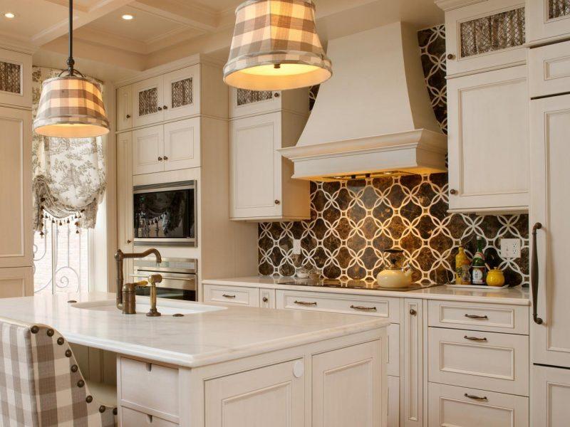 rustikal ausgestattete küche mit folie kuchenruckwand in demselben stil
