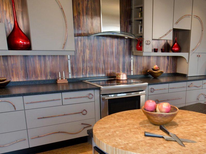 folie kuchenruckwand in holzoptik verleiht der rustikalen küche einen authentischen look
