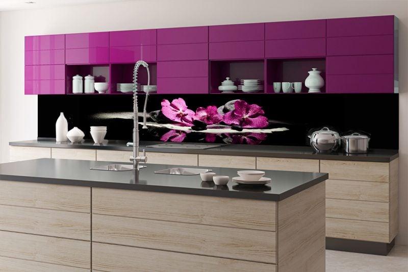 shwarze folie küchenrückwand mit lila floral motiven als akzentwand