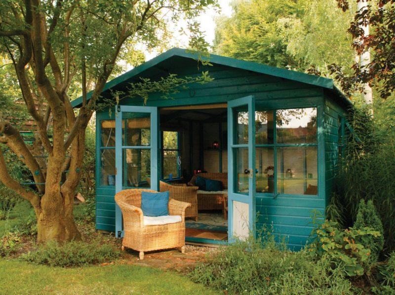 Die Gartenhütten in Blau bringen mehr Farbe im Garten