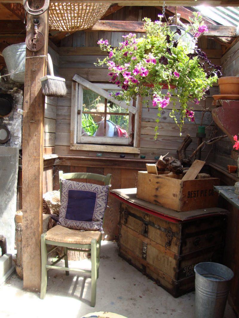 Einrichtung in Gartenhütten ist mit vielen Regalen