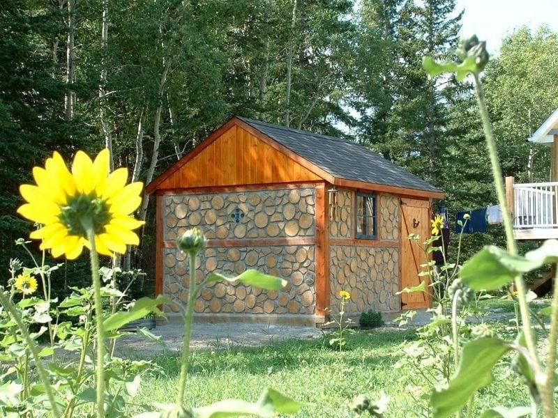 Gartenhütten mit Steinen und Holz im rustikalen Stil