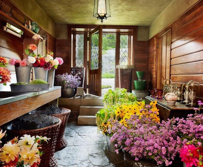 Gartenhütten stützen die Blumen im Winter